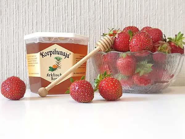 Konservieren Sie einen Teil Ihrer Beerenernte mit Honig.
