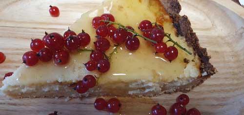 Den Pie auskühlen lassen und anschließend mit frischen, saisonalen Beeren und Honig dekorieren.